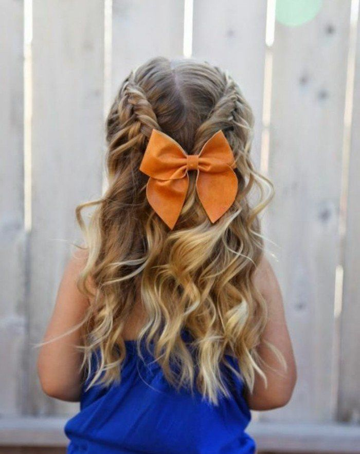 magnifique coiffure petite fille pour votre petit ange, tresses et cheveux légèrement ondulées, noeud orange