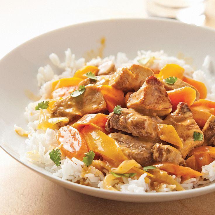 Quel bonheur de savourer un plat réconfort mitonné avec amour! Et quand la recette à base de viande et de légumes s'agrémente aussi d'ingrédients aux parfums asiatiques, l'assiette devient vite plus appétissante encore. À la mijoteuse : Déposer les carottes dans la mijoteuse. Suivre les étapes 1 et 2. Une fois les cubes de viande bien dorés, transférer dans la mijoteuse. Verser 1 boîte de lait de coco de 398 ml et ajouter le reste des ingrédients, à l'exception de la...
