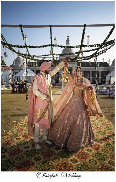 bridw twirling , sikh couple , bride twirling , peach lehenga , anand karaj , morning wedding , gurudwara