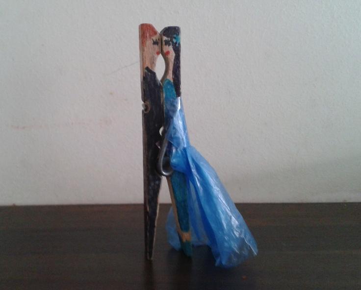 een bruidspaar van houten wasknijper
