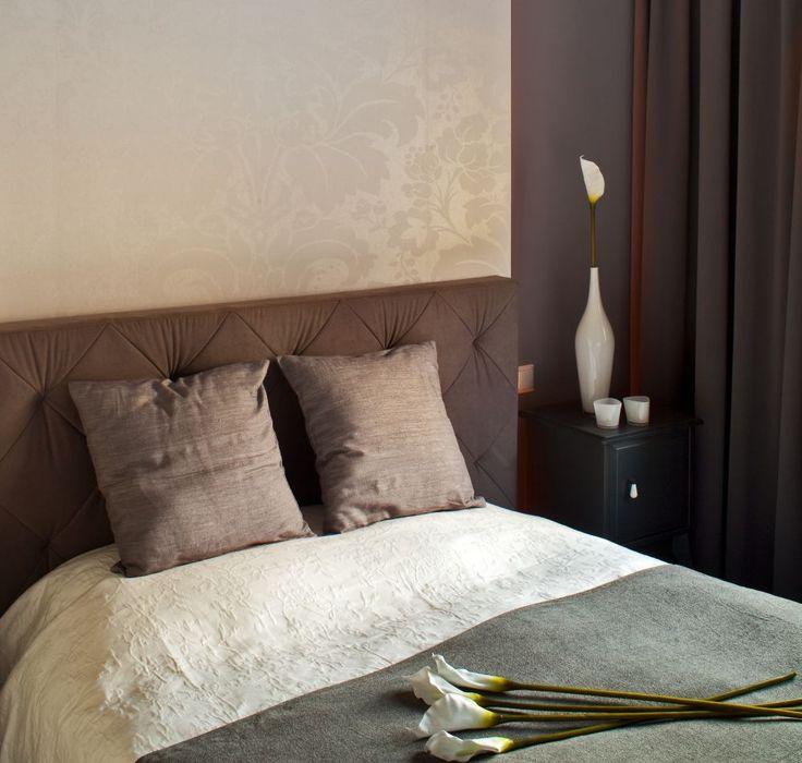 Nowoczesna sypialnia z tapetą. Tapeta w nowoczesnej sypialni to jeden z prostszych sposobów na podkreślenie stylu wnętrza, a efekt jest znakomity! SYPIALNIA: podpowiadamy, jaką tapetę wybrać do nowoczesnej sypialni. Zobacz naszą GALERIĘ ZDJĘĆ nowoczesnej sypialni.