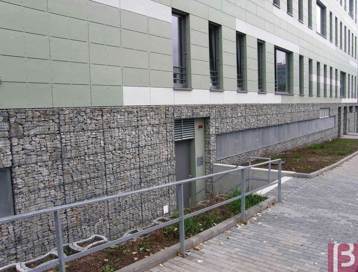 Gabiony na ścianach Urzędu Pracy w Brnie