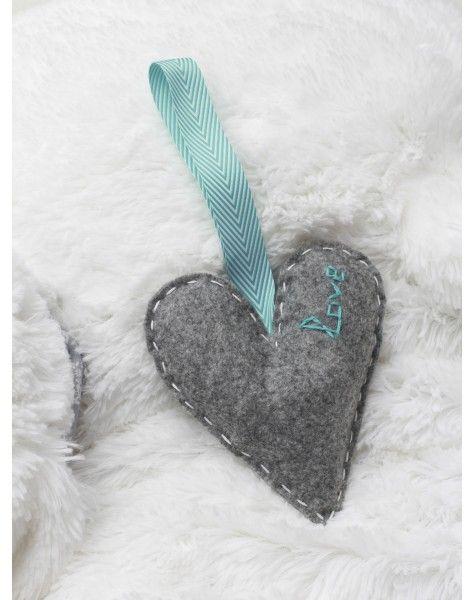 """Ręcznie wykonana ozdoba do dziecięcego pokoju w kształcie serca. Popielate serce ozdobione jest wyszytym napisem """"Love"""" a wykonane jest z naturalnego filcu , wnętrze to hypoalergiczny wkład.  Rozmiar to około 10 cm szerokości na 15 cm wysokości"""