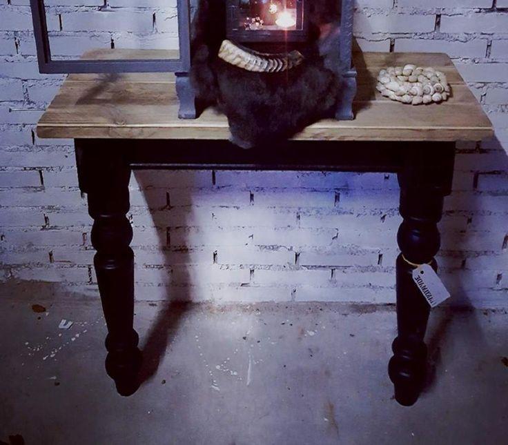 Halve tafel (idee) Leuk als dressoir tegen een muur te plaatsen... Voor €85,00