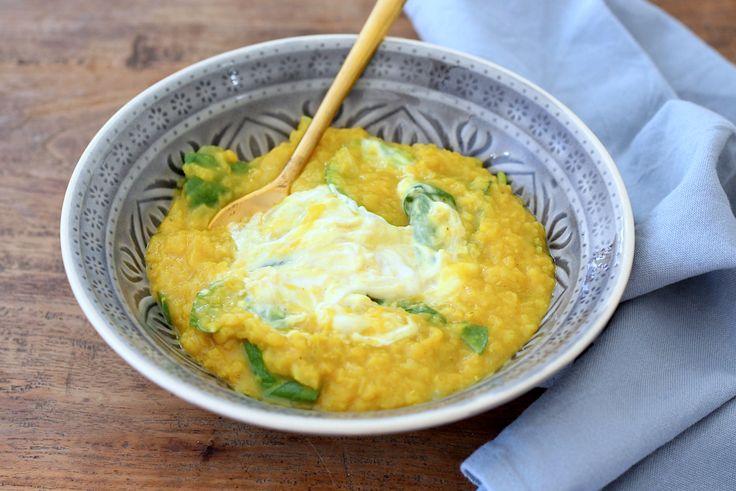 Het kookboek All-day Bowls staat vol heerlijke gerechten die je uit een kommetje eet. In deze review delen we het recept voor linzensoep met tahinyoghurt.
