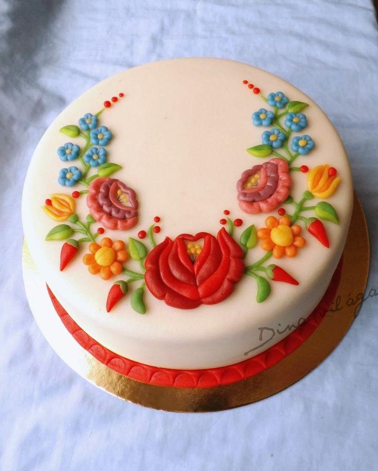 Russian cream cake with Hungarian Kalocsa motifs