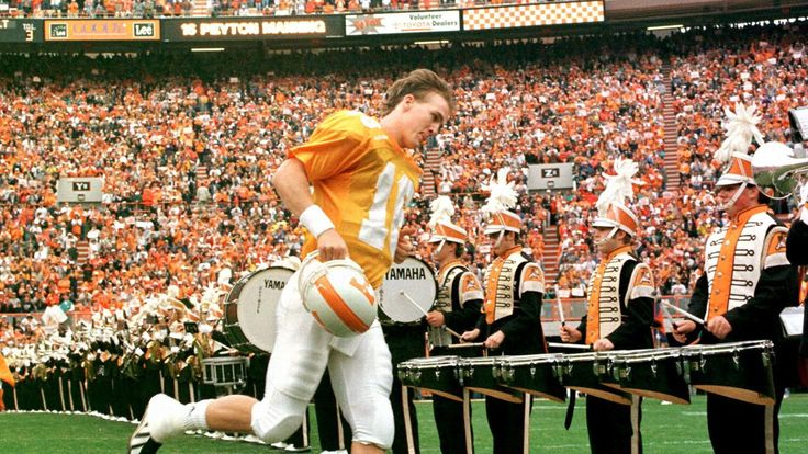 Peyton Manning sings 'Rocky Top' at Nashville bar