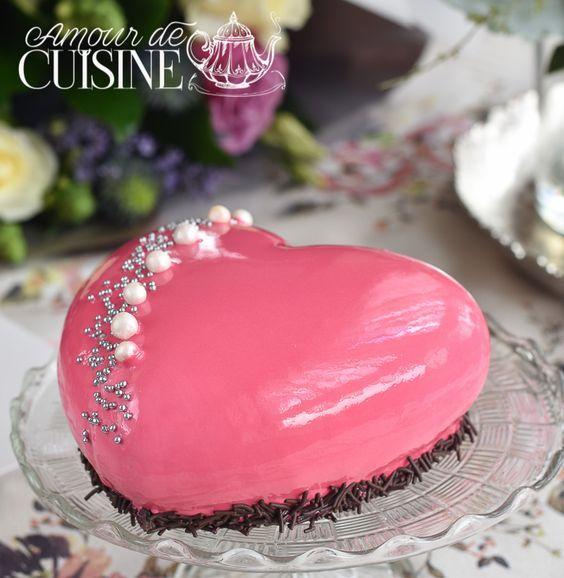 Entremet de fraises et son glaçage miroir