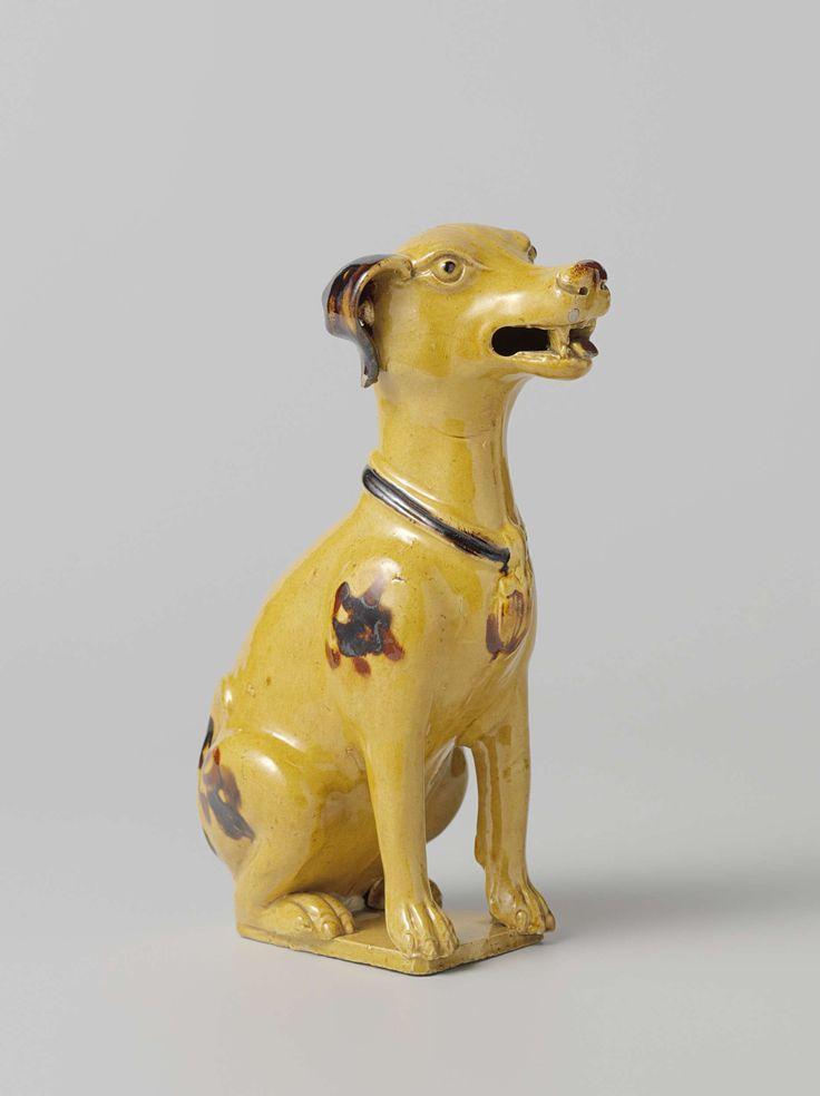 Zittende hond van geel gekleurd aardewerk met bruine vlekken en halsband, c. 1760 - c. 1800