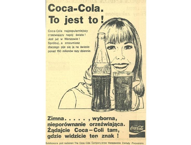 """Podczas 40-letniej historii Coca-Coli w Polsce autorami haseł reklamowych byli najwięksi mistrzowie języka polskiego. Melchior Wańkowicz, autor sloganu """"Cukier krzepi"""", do konkursu na hasło reklamowe Coca-Coli w 1982 r. zgłosił """"Yes, Coca-Cola"""". Hasło Wańkowicza przegrało z ponadczasowym sloganem Agnieszki Osieckiej - """"Coca-Cola. To jest to!"""". W 2005 nowe hasło stworzył językoznawca prof. Jerzy Bralczyk – """"Coca-Cola. Co za radość"""". Na zdjęciu reklama z 1972 roku."""