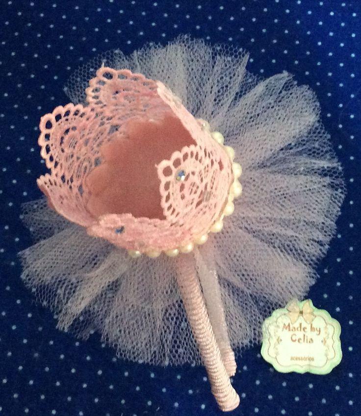 Tiara encapada com soutache rosa. Coroa renda guipure com 5 cm de altura.detalhes strass e pérolas. Acabamento em tule rosa.