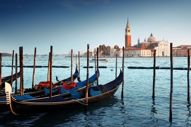#Italie #Venise #Romantique #Gondole #City #Citybreak #Soleil. Bienvenue à Venise, la romantique... Rendez-vous pour une balade en gondole sur ses canaux enchanteurs, à la découverte de ses ponts, ses façades colorées et ses paysages surprenants.