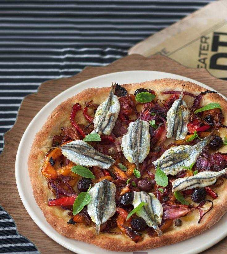 Sapori decisi e ricchi di gusto riempiono questa pizza bianca con doppia lievitazione e doppia acciuga. Scopri la ricetta di Sale&Pepe.