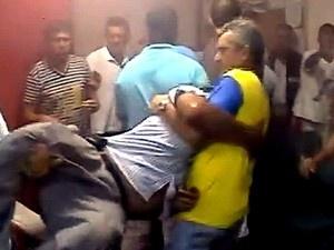 Manifestantes tumultuam sessão de Câmara com fogos de artifício | Confusão começou após discussão entre grupo e vereadores de Restinga. Parlamentares pediram reforço em segurança na próxima sessão. http://mmanchete.blogspot.com.br/2013/04/manifestantes-tumultuam-sessao-de.html#.UV25_pM3uHh