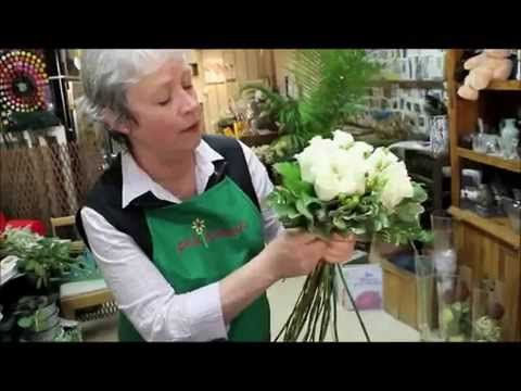 Белые розы: составление букета невероятной красоты своими руками (мастер класс по флористике). - YouTube