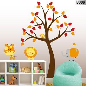 Este hermoso y colorido árbol de vinilo da sombra a los amiguitos de la selva que juegan entre los muebles de la habitación.