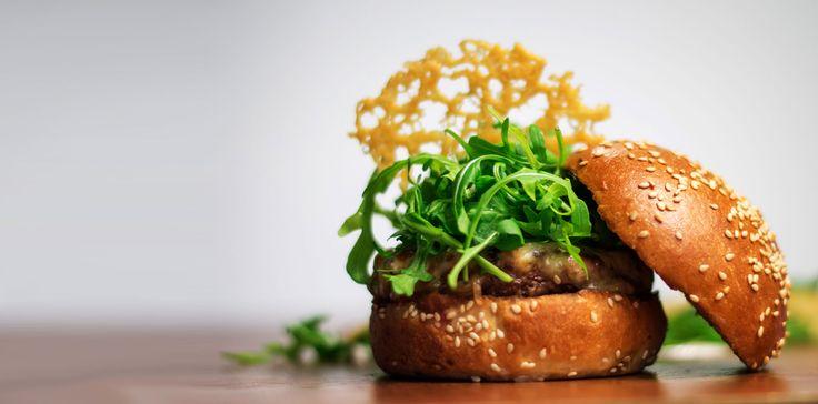 MR. RUCOLA:  Suntem încântați să te delectăm cu cel mai apreciat burger al nostru. Mr. Rucola ca un dans de gusturi minunate care te prinde într-un vârtej de plăcere. Iar pe lângă simțuri, îți provocăm și imaginația. Nu e tango, nu e rumba sau cha-cha. E toate la un loc și mai mult decât atât.  E o plutire de savori uimitoare, din jocul căreia îți vei aminti precis gustul inconfundabil.