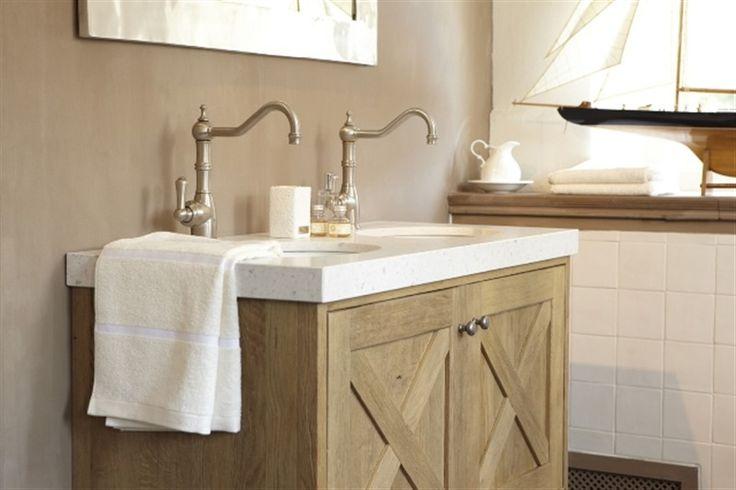 Landelijke houten badmeubel met prachtige kranen idee n voor het huis pinterest met - Eigentijdse badkamer grijs ...