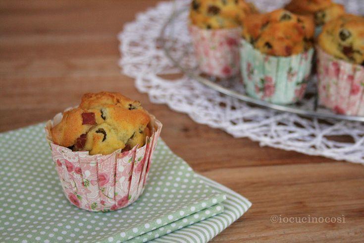 I muffin piselli, funghi e prosciutto sono soffici e gustosi, perfetti per un picnic all'aria aperta o per un buffet, e sono facilissimi da prepare.