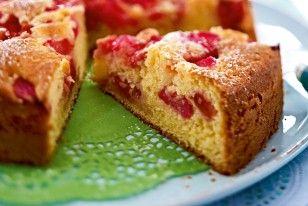 Das Rezept für Fruchtiger Joghurtkuchen mit Rhabarber und Erdbeeren und weitere kostenlose Rezepte auf LECKER.de