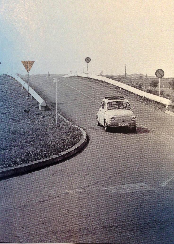 """Am 14.Mai 1961 verabschiedete der ADAC eine Resolution, die den Bau von Verkehrsübungsplätzen forderte um das """"fahrsichere Können"""" zu verbessen. Heute sind es bundesweit 52 Trainingsanlagen."""