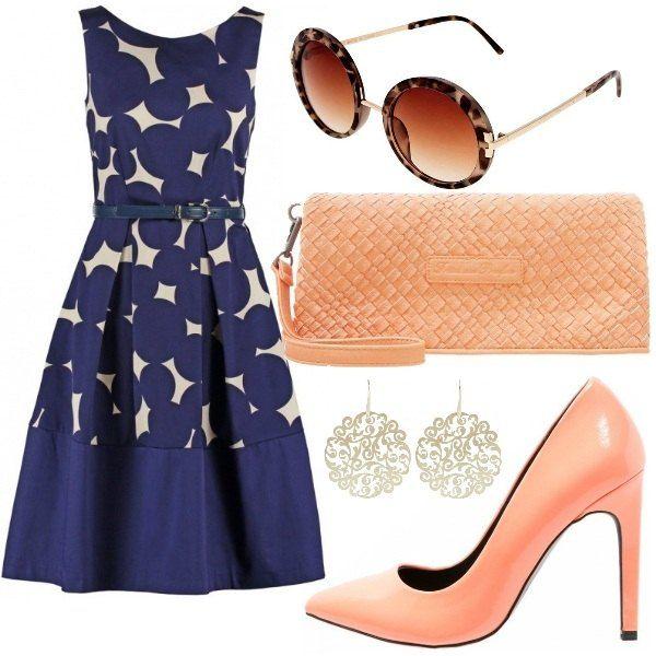 La particolarità di questo outfit è l'abbinamento del colore blu dell'abito con il colore pesca di scarpe e borsa. L'abito è in stile fifties con cintura in vita. Le scarpe sono decolleté e la borsa è una pochette in ecopelle. Gli occhiali maculati sdrammatizzano il tutto