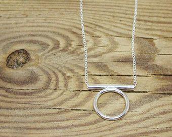 Moderne minimale ketting handgemaakt in 925 Sterling zilver. Deze geometrische hanger is gemaakt van 2 mm dik zilver draad en de diameter van de cirkel is 2,3 cm. Een trendy stuk, maar anders dan gewoon een gebruikelijke cirlcle ketting, deze is open, wat een schone en krachtige look creëert. Ketenlengte kan worden gekozen.  Let op: Zilver na verloop van tijd zal bezoedelen. Een lang leven geven uw sieraden kun je het in een doos (uit direct zonlicht en open lucht) en Vermijd contact met…