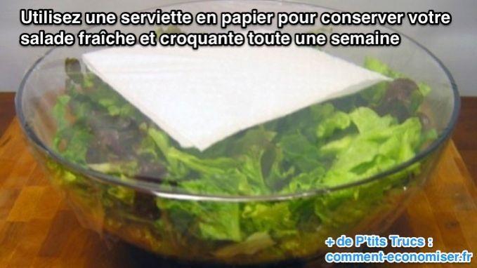 L'astuce qui marche pour conserver sa salade fraîche est de glisser une serviette en papier et de refermer de manière hermétique avec un film plastique. Regardez.  Découvrez l'astuce ici : http://www.comment-economiser.fr/conserver-salade-fraiche-croquante.html?utm_content=buffere681b&utm_medium=social&utm_source=pinterest.com&utm_campaign=buffer