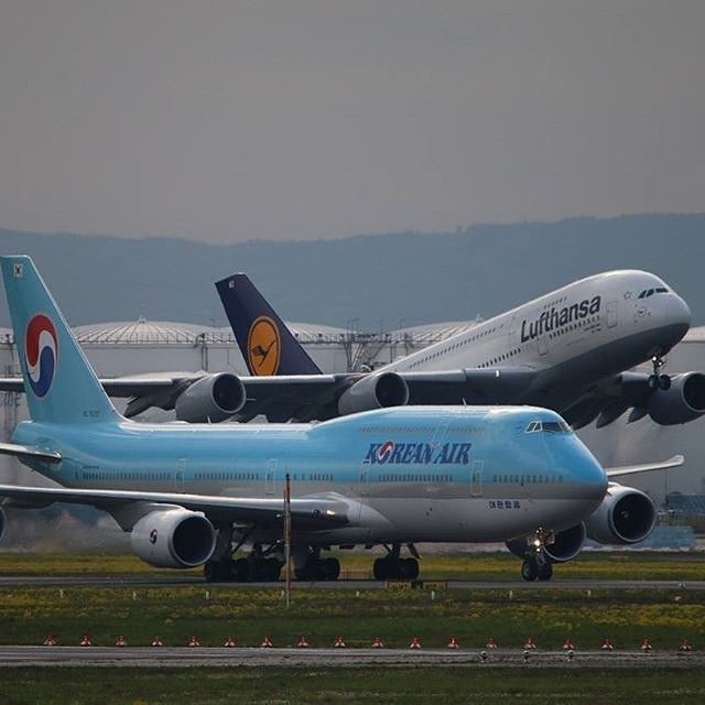 Here is a picture made by @pp_aviation of a Korean Airlines Boeing 747-8 and a Lufthansa Airbus A380 at Frankfurt #koreanairlines #skyteam #boeing #747 #748 #boeing747 #boeing748 #lufthansa #airbus #a380 #airbusa380 #fra