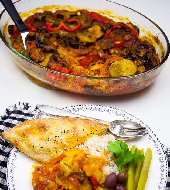 Tapsi är en klassisk kurdisk maträtt som kan tillagas på olika sätt. Även i Irak ärtapsi en favorit. Denkan tillagas med kött, kyckling eller göras vegetarisk. Köttet kan med fördel uteslutas från denna rätt, grönsakerna räcker gott och väl och ger en fantastisk smak. De flesta grönsaker funkar utmärkt att tillsättas i grytan. Jag kryddade min tomatsås lite extra med både vitlök och curry för att ge tapsinen god, mustig smak. 6 portioner tapsi 3 små aubergine eller 2 stora 2 gula lökar 4…