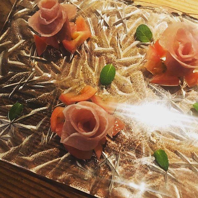 皆様こんにちは\( ¨̮ )/ エスポアのコースの前菜生ハムとトマト~特製オリーブドレッシング~ です🍴🌹 裏メニューでメニュー表には載っていませんがInstagram見たよでご注文頂ければお作り致します😊👍 特製オリーブドレッシングの風味が女性に大人気です!! 皆様のご来店お待ちしております(*´∀`)😁 #エスポア#espoir#cafe#カフェ#dinner#食事#yummyfood#裏メニュー#menu#original#生ハム#薔薇#コース#心斎橋#長堀橋#テラス#夜カフェ#pancake#パンケーキ#お酒#alcohol#ワイン#wine#ビール#beer#肉#2軒目#instagood