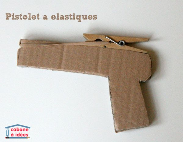 """J'ai vu l'idée ça et là, alors je me suis amusée à fabriquer un pistolet en carton pour """"tirer"""" des élastiques. C'est très facile à faire et source de beaucoup d'amusement ! Instructions Vous aurez besoin de carton, de colle, d'une pince à linge, d'élastiques. Dessinez une arme à feu sur un morceau de carton et découpez-la. Refaites 2 fois la même forme. J'ai fait une forme très simple (car je n'aime pas couper le carton). Si vous le souhaitez, vous pouvez utiliser mon gabarit ! Collez ces 3…"""