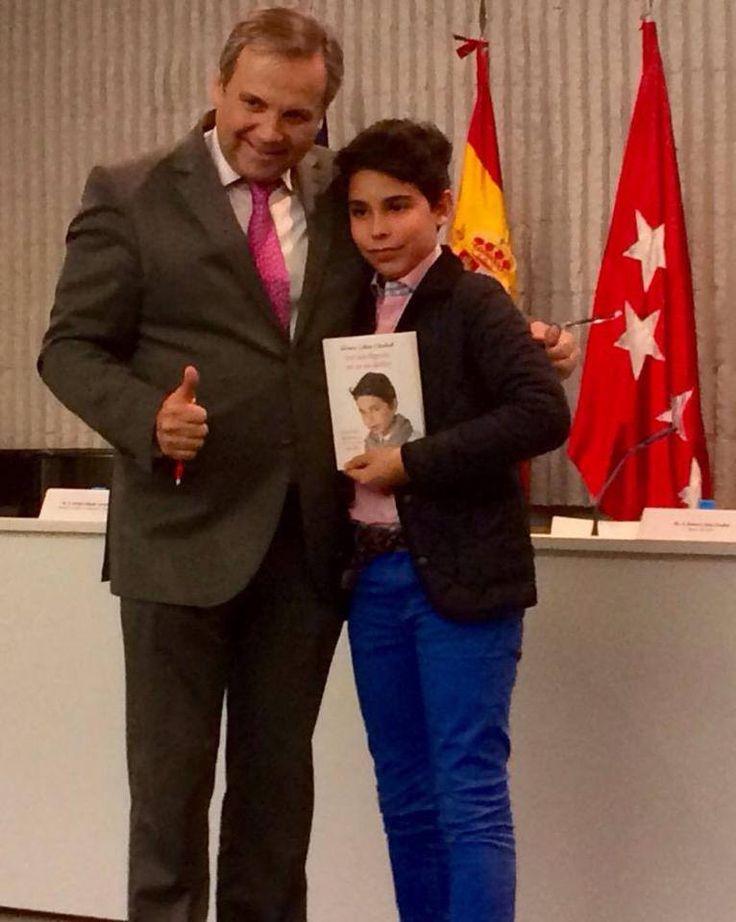 Momento de la presentación de su libro en la Universidad San Pablo CEU en Madrid acompañado de uno de los presentadores, Antonio Miguel Carmona.