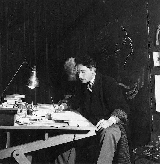 Dans le bureau de Jean Cocteau