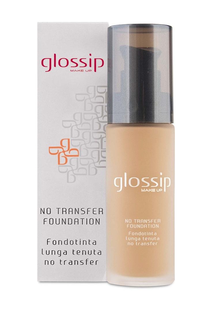 Step 2 Sulla pelle perfettamente asciutta, applica ora il fondotinta no transfer nella tonalità più vicina al tuo colore di pelle. Inizia dal centro del viso e procedi verso l'esterno.