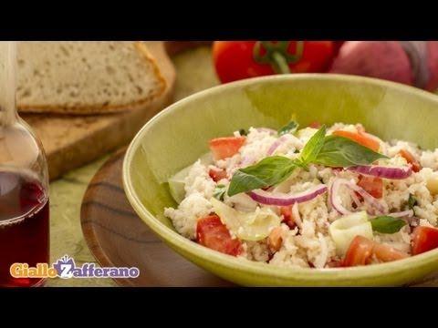 La nostra versione della PANZANELLA (Tuscan bread salad) è un piatto povero originario della #toscana a base di #pane raffermo, #verdure e odori. Qui la #video #ricetta: http://ricette.giallozafferano.it/Panzanella.html #GialloZafferano #panzanella #pomodoro #italianfood