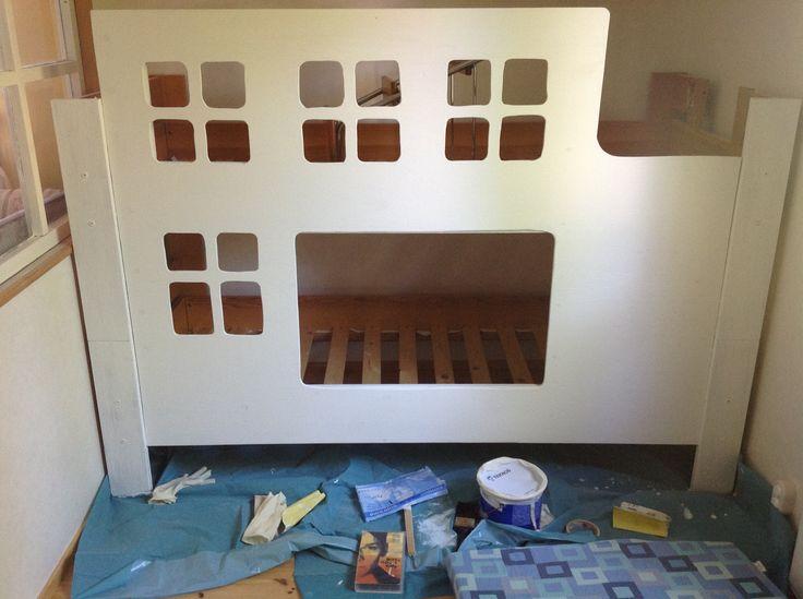 havuvanerista laitettiin etuseinä, johon pistosahalla tehtiin ikkuna- ja oviaukot. Vanhaan sänkyyn ruuvattu uusi etuseinä maalattiin valkoiseksi