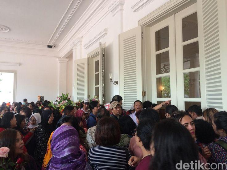 Ahok Tinggalkan Balai Kota, Warga Masih Bertahan Ingin Foto