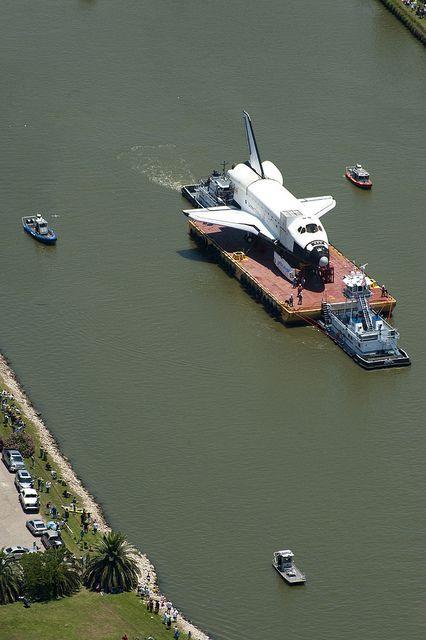 El Transbordador espacial llega a Houston guiado por la Guardia Costera de EE.UU.
