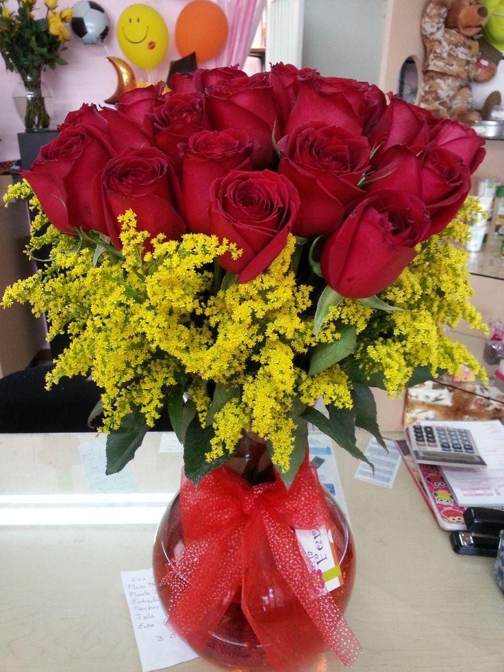 Hermosas rosas rojas con solidago
