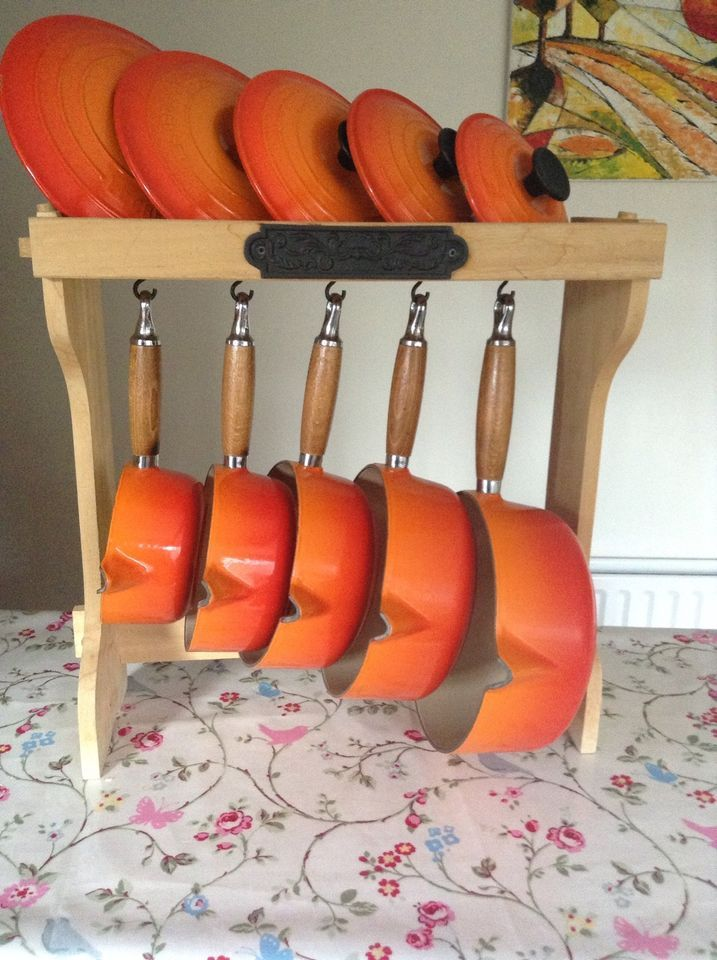 LE CREUSET PAN SET WITH WOODEN DISPLAY STAND