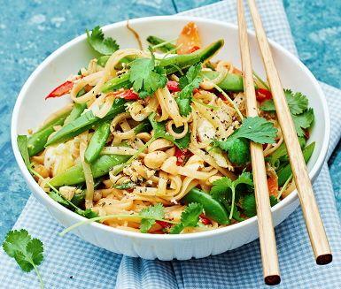 Kvällens middag är kanske Thailands mest älskade rätt: En smakrik och färgsprakande Pad thai som lagas i ett nafs. Äggnudlarnas härliga tuggmotstånd gifter sig fint med de krispiga salladsärtorna, söt paprika, de stekta äggen och den heta sambal oeleken. Pad thaien fulländas av gröna korianderblad och crunchy jordnötter.