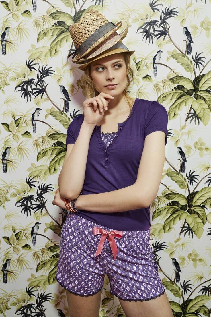 Ringella Bloomy T-Shirt 7251415 + Shorts 7251520 Ein unifarbenes T-Shirt, das durch liebevolle Details überzeugt. Den Ausschnitt ziert ein kleiner Spitzeneinsatz und eine angedeutete Knopfleiste. Die Shorts werden schnell zum Lieblingsstück. Verziert wird die Hose durch elastische Spitze am Hosenbein und der kleinen Gesäßtasche.