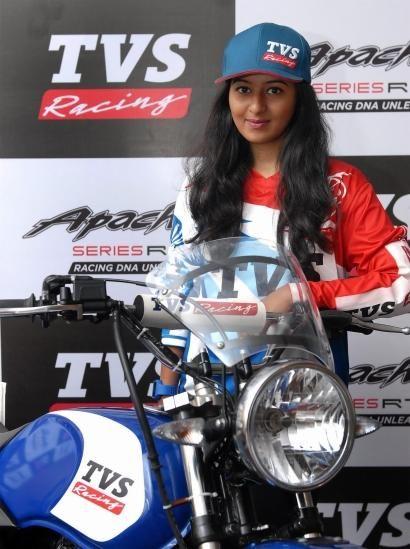 A divisão esportiva da fabricante indiana TVS (parceira da BMW no desenvolvimento do modelo compacto G 310 R) anuncia a piloto Shreya Iyer, 24 anos, como mais nova piloto contratada da TVS Racing e se tornando a primeira mulher a fazer parte de uma equipe de competições na Índia.