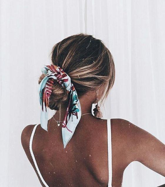 Quelle hairstyle pour aller à la plage ? : Le chignon bas habillé d'un foul
