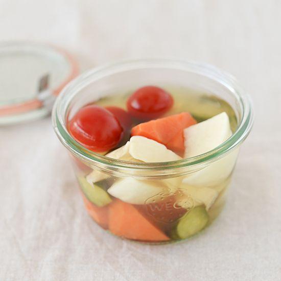 フルタさんに教わる常備菜レシピの4つめは、ピクルスです。 さっぱりとした味のピクルスは、これからの暑い季節にぴったりですよね! 冷蔵庫の残り野菜の整理ができ、日持ちもしますので、ゴールデンウィーク中に家を空ける予定の方にもおすすめしたいメニューです。