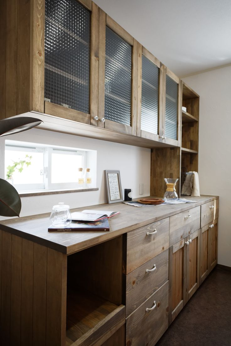 炊飯器や電子レンジなど家電の置き場や手持ちの食器の数など、Iさんの暮らしに合わせて造作した食器棚。