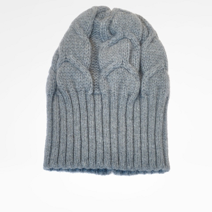 Cable-knit beanie. 100% pure cashmere. Super soft hand feel. Wintry design. Possibility of rolling the cuff. Can coordinate with other creations by the same designer.