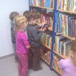 """Dzisiaj naszą bibliotekę odwiedziły przedszkolaki z zaprzyjaźnionego przedszkola """"Kubuś Puchatek i Przyjaciele"""". W ramach obchodów Święta biblioteki uczestniczyły w spotkaniu """"My też tworzymy książki"""". Dzieci na początku wysłuchały króciutkiej prelekcji o wadze czytania i roli jaką odgrywają bajki w rozwijaniu kreatywności i twórczego spojrzenia na otaczający nas świat."""