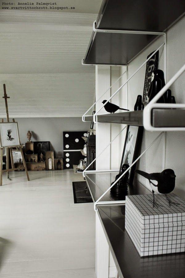 hylla, svart och vitt, hyllor ikea, ikeas hylla, vitt och rostfritt, rostfria hyllplan, ateljé, hall, hallen, arbetsrum, tavlor, tavla, konsttryck, artprint, poster, svartvita fåglar, inredning i svart och vitt, inredningsblogg, inredningsbloggar, blogg,
